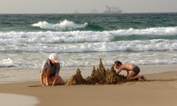 Építsetek homokvárat a tengerparton.