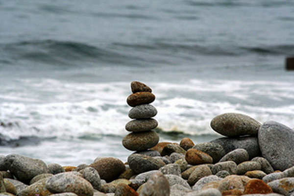 torony építés lapos kövekből a tengerparton