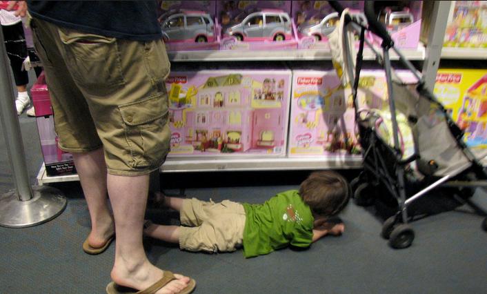 milyen megoldások vannak, ha hisztizik a gyerek a játékboltban